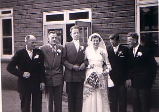 Gebroeders Herbert bij het huwelijk van Huibert Herbert en Maria D. de Vos (1957)