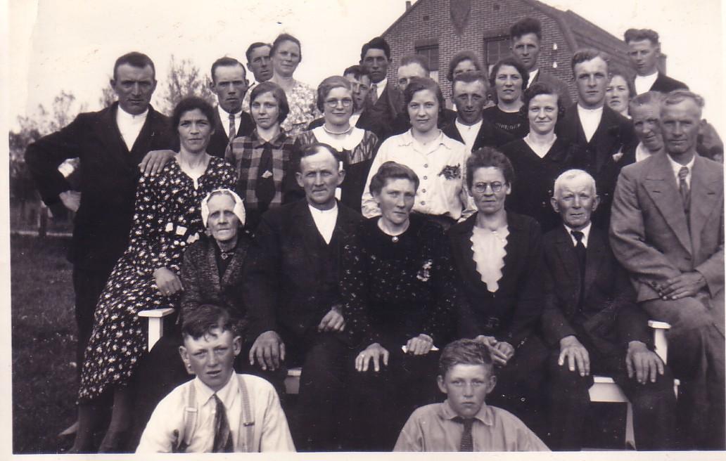 Familiefoto met Arie Herbert (1885- 1967)  en Antje van der Ende (1890-1950) als middelpunt