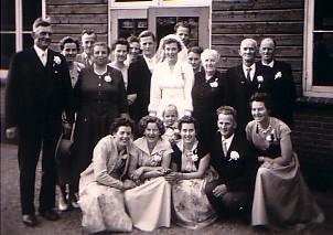 Familiefoto huwelijk Huibert Herbert en Maria D. de Vos (1957)