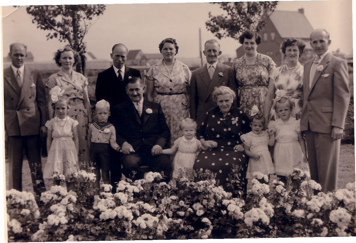 Familiefoto Arie Hoogenraad (1890-1973) en Adriana Mostert (1892-1973)  in 1956