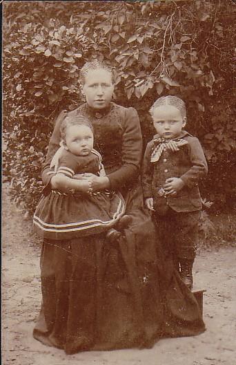 Elisabeth Romein-Zuiderent met haar kinderen Pieter en Cornelis