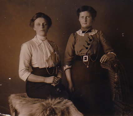 Jannetje Romein-Scheffers (1890-??) en Jozina J. Keijzer-Romein (1895-1984)