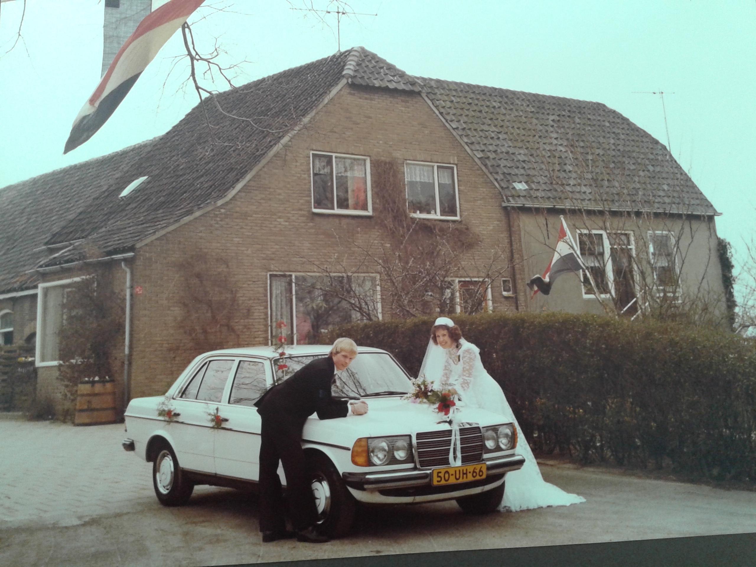 Huwelijk Adriana Keijzer & Adriaan Herbert 1980. Voor de boerderij aan de Burgerdijkseweg